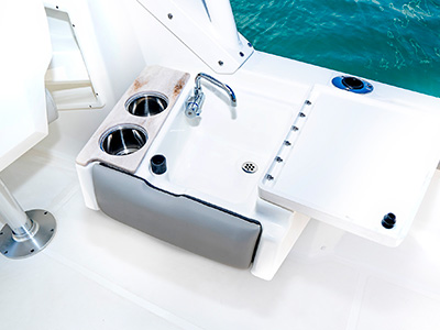 DA view of the optional wet bar on the 25' DC 246 Pursuit Dual Console Boat.