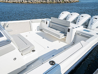 Detail view of S 428 Sport center console social zone with hull-side beach platform upright.